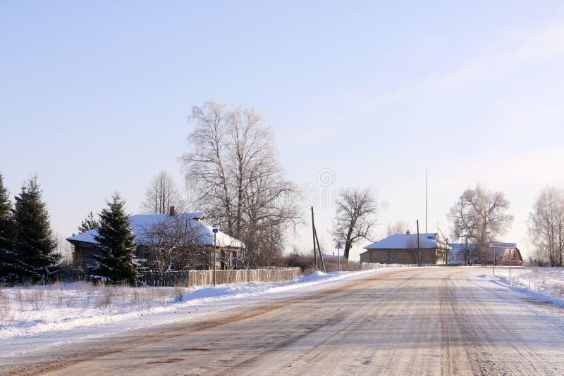 Download Väg i insnöad vinterdag fotografering för bildbyråer. Bild av perspektiv - 76701739