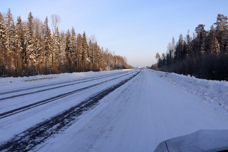 Download Väg i insnöad vinterdag arkivfoto. Bild av snow, säsong - 76701808