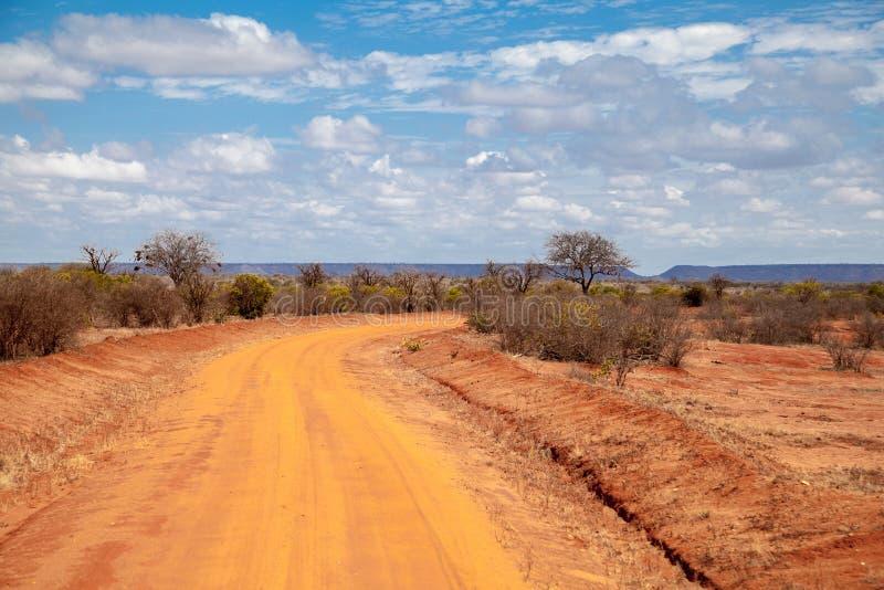 Väg i Kenya, savannah med berg arkivbilder