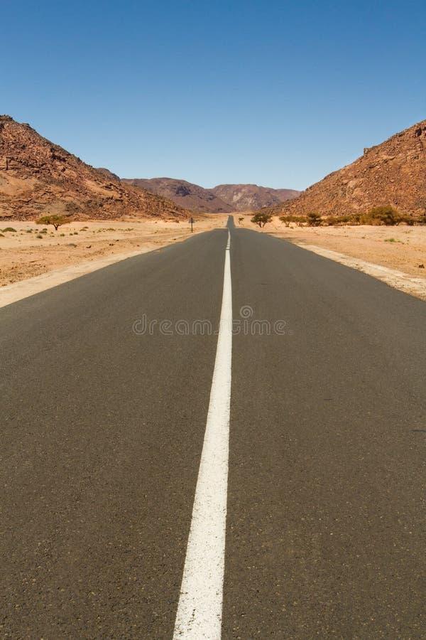 Väg i Sahara Desert South Algeria, Afrika royaltyfria bilder