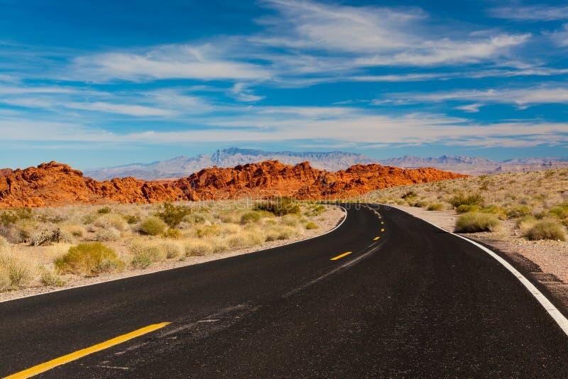 Väg in i stenöken Dal av branddelstatsparken, Nevada, USA arkivbild