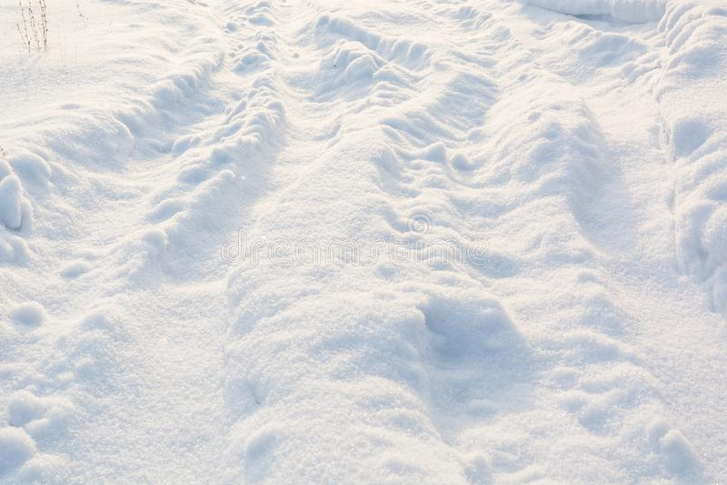 Väg i vinter på snö Enkla snöig däckspår - stående royaltyfri fotografi