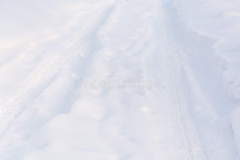 Väg i vinter på snö Enkla snöig däckspår - stående royaltyfri foto