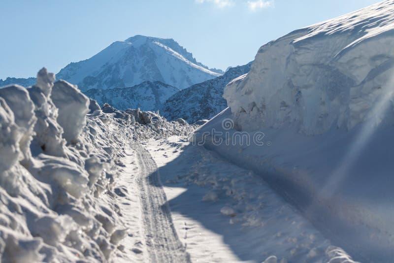 Väg i vinterberg i Kasakhstan royaltyfri foto