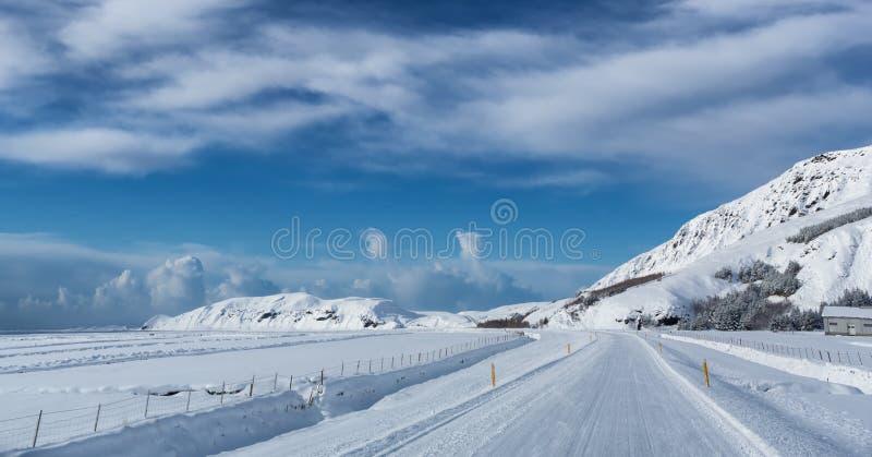 Väg i vinterdag i Island royaltyfri fotografi