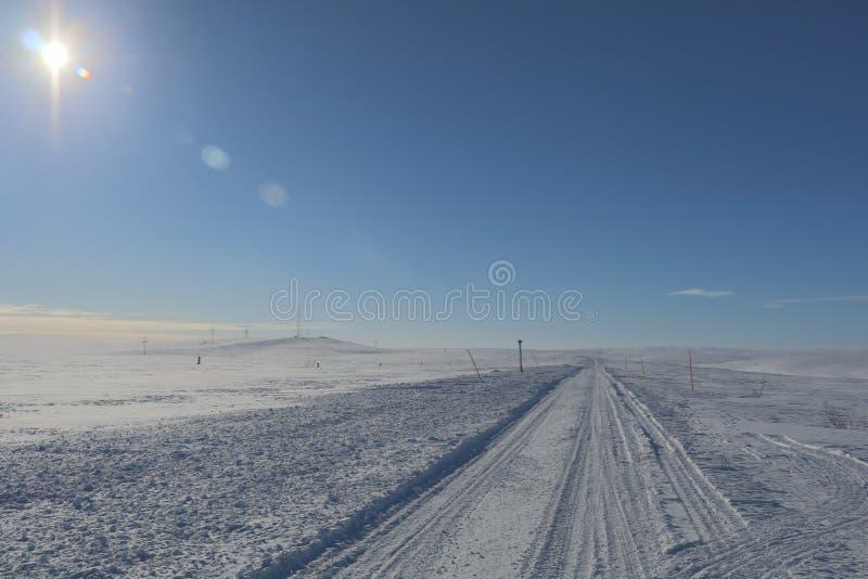 Väg i vinterlopp till Murmansk utöver den arktiska cirkeln arkivbilder