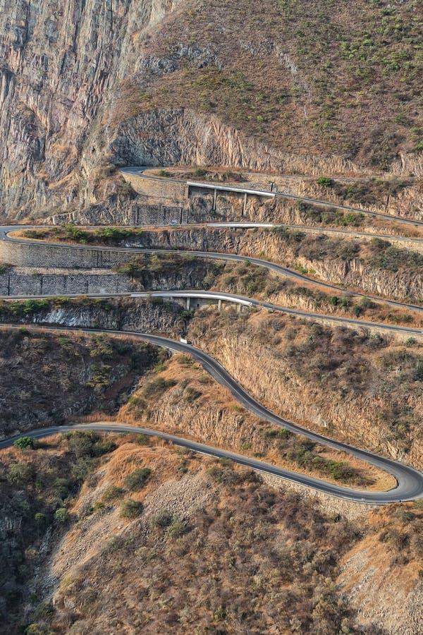 Väg längs den Leba toppiga bergskedjan ovanför sikt Lubango _ royaltyfri foto