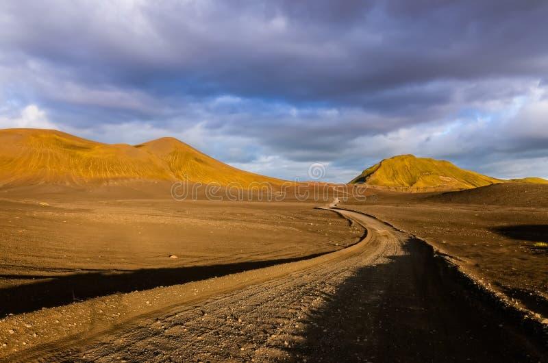 Väg med horisonten i Landmannalaugar berg arkivbilder
