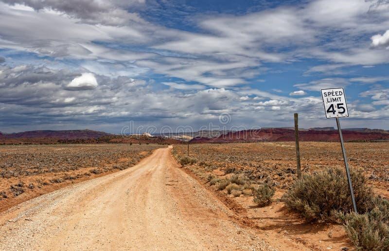 Väg in mot övergiven by av Paria i Utah royaltyfria bilder