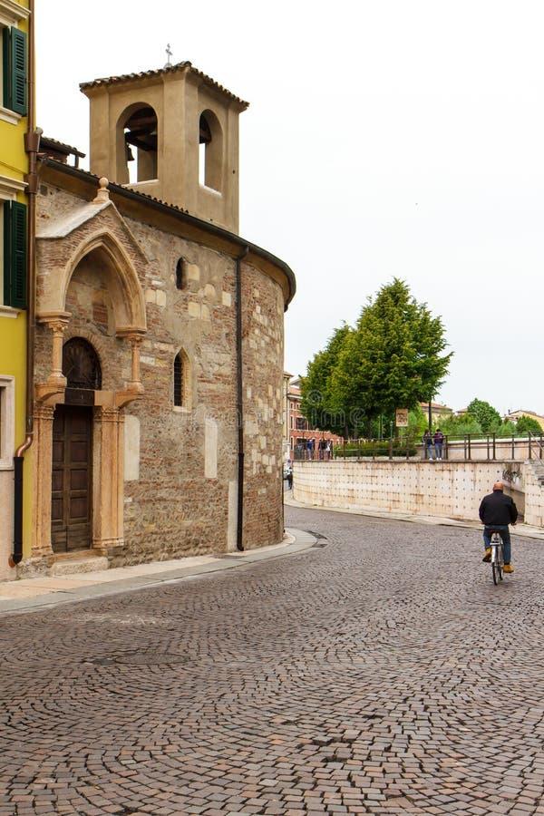 Väg och fragmentet av kyrkan i Verona Italien 07 05,2017 royaltyfria foton