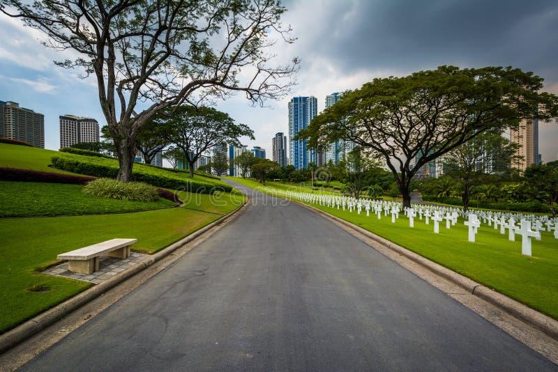 Väg och gravar med moderna byggnader i avståndet på mannen fotografering för bildbyråer