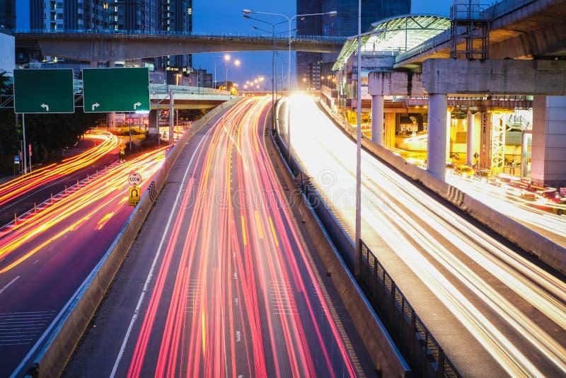 Väg och ljus kula i den Bangkok staden i rusningstid royaltyfri fotografi