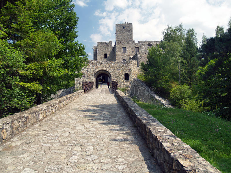Väg och port av den Strecno slotten royaltyfri foto