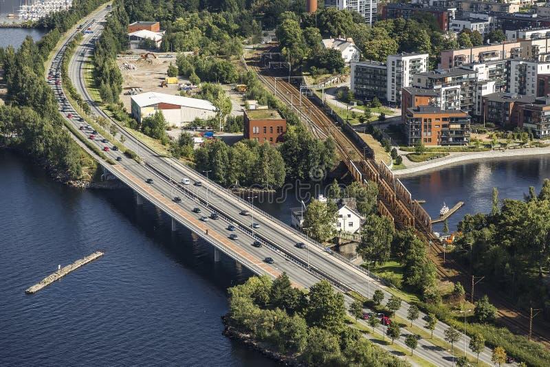 Väg- och stångbroar i staden av Tammerfors royaltyfria foton