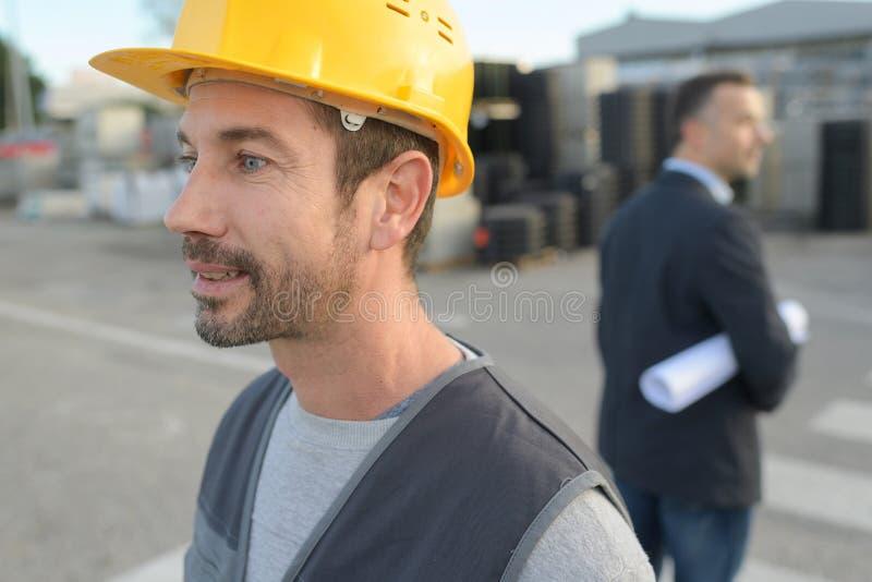 Väg-och vattenbyggnadsingenjör på konstruktionsplatsen arkivfoto