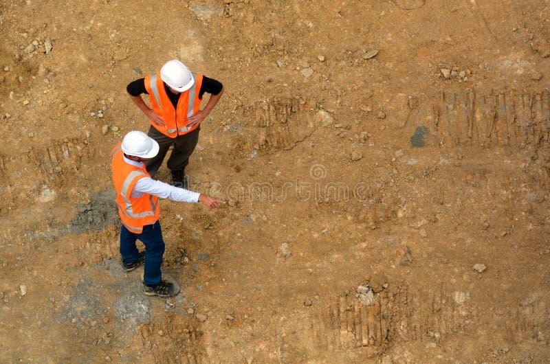 Väg-och vattenbyggnadsingenjör som kontrollerar konstruktionsplatsen royaltyfri fotografi