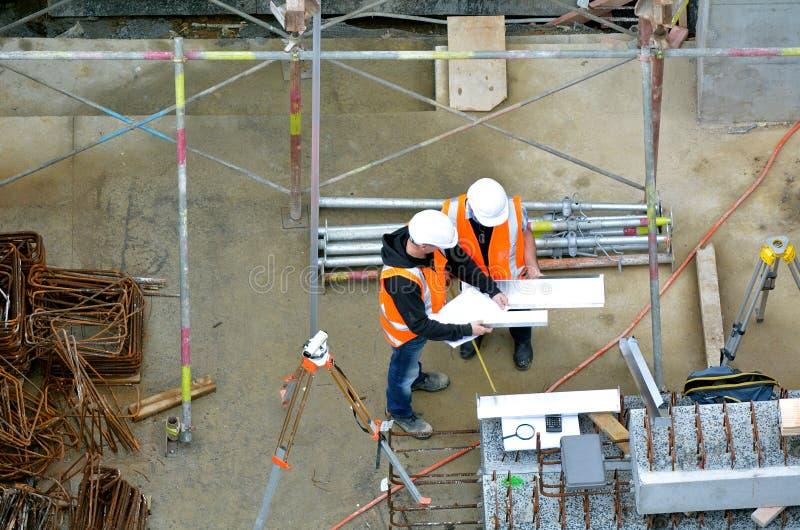 Väg-och vattenbyggnadsingenjör som kontrollerar konstruktionsplatsen fotografering för bildbyråer