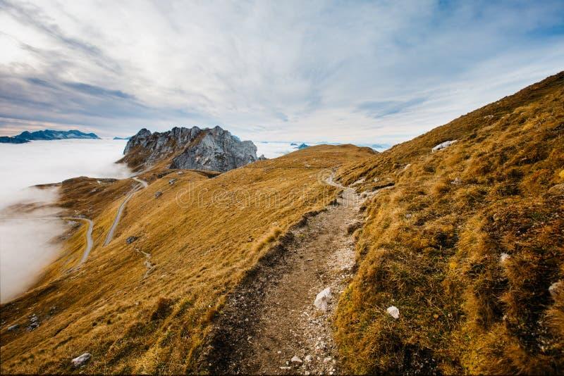 Väg på de Mangart bergen arkivbilder
