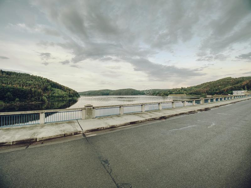 Väg på fördämningbron ovanför den Orlik fördämningen på den Vltava floden royaltyfri bild