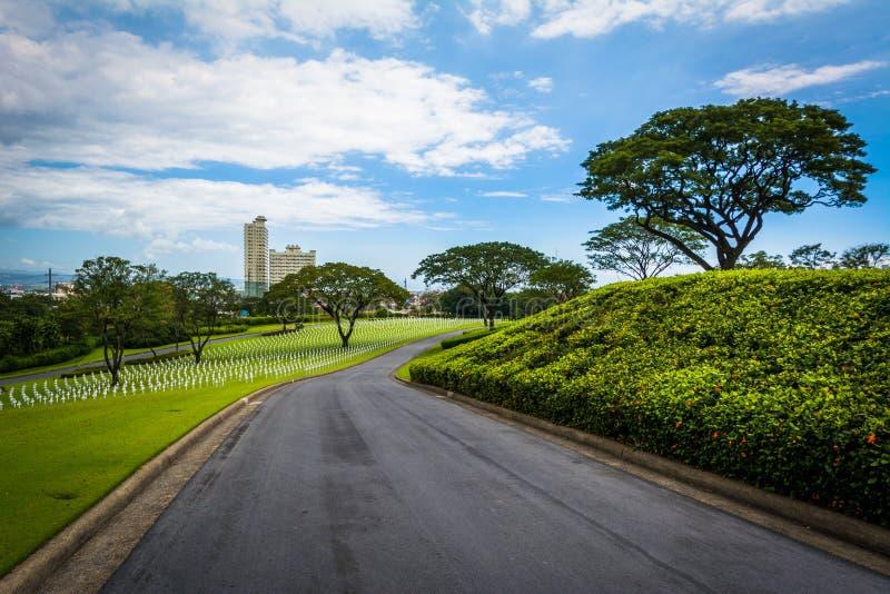 Väg på Manila den amerikanska kyrkogården & minnesmärken, i Taguig, Metr arkivbild