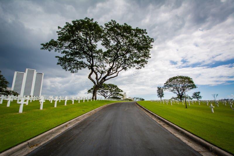 Väg på Manila den amerikanska kyrkogården & minnesmärken, i Taguig, Metr royaltyfria foton