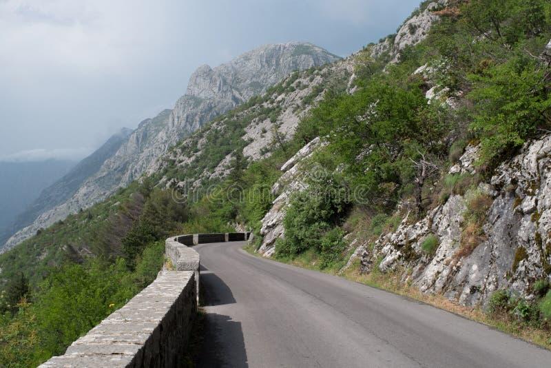Väg P1 från Kotor till Cetinje i Montenegro, med berg i bakgrunden royaltyfri bild