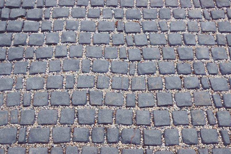 Väg som göras av stentegelplattor Abstrakt textur för mall arkivbilder