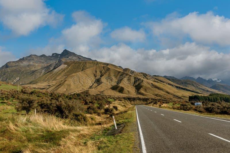 Väg som leder till den Aoraki monteringskocken National Park, södra ö, royaltyfria bilder