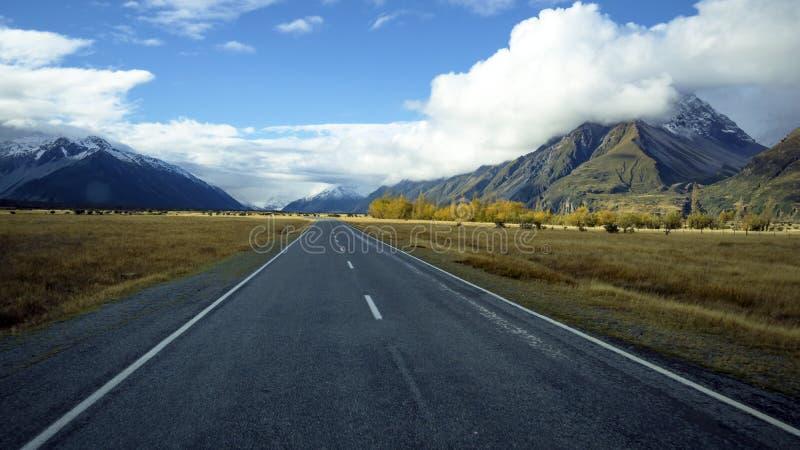 Väg som leder till den Aoraki monteringskocken Village, södra ö, Nya Zeeland royaltyfri fotografi