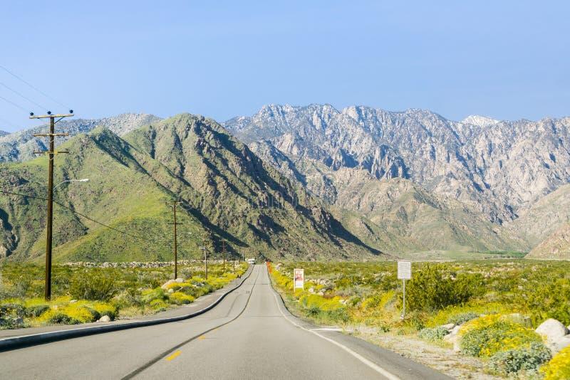 Väg som leder till den flyg- spårvägen för Palm Springs, montering San Jacinto, Kalifornien royaltyfria bilder