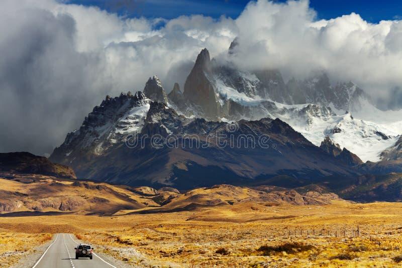 Väg som monterar Fitz Roy, Patagonia, Argentina royaltyfria bilder