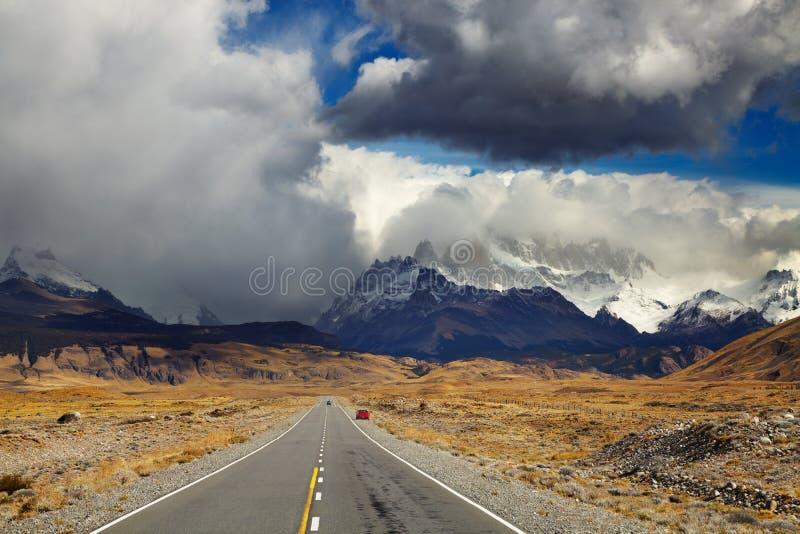 Väg som monterar Fitz Roy, Patagonia, Argentina arkivfoton