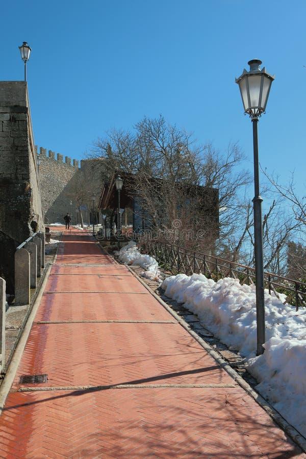 Väg till den Guaita slotten marino san fotografering för bildbyråer