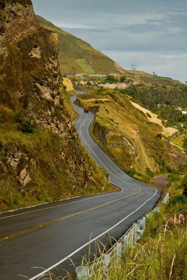 Väg till den härliga andean staden av Canar i Azogues fotografering för bildbyråer