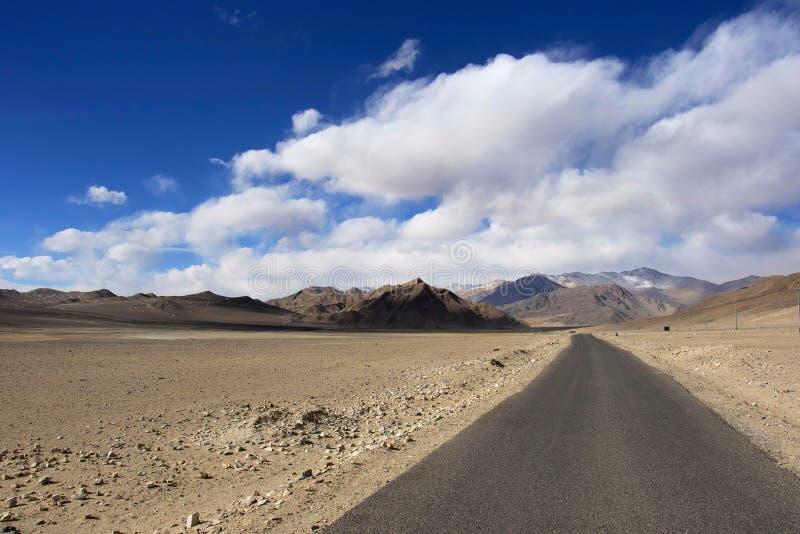 Väg till den Hanle byn, Ladakh, Jammu and Kashmir royaltyfri fotografi