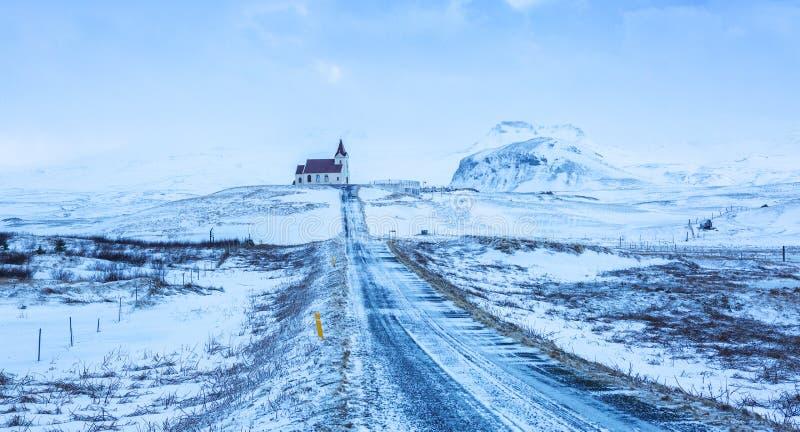 Väg till den Ingjaldsholl kyrkan under snöstormen, nästan Hellissandur, Snaefellsnes halvö, Island royaltyfri bild