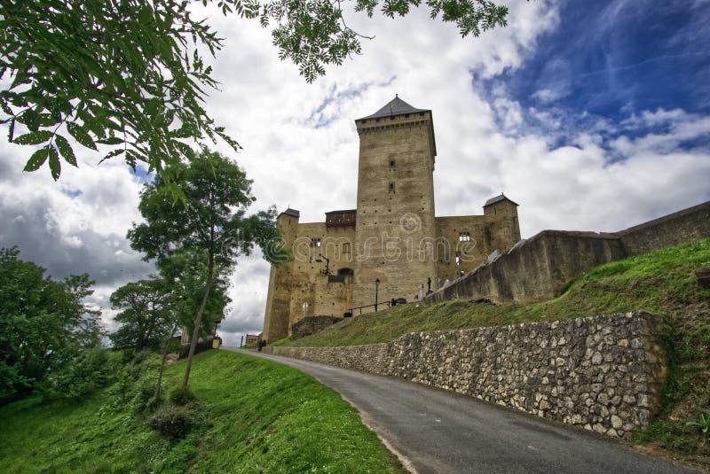 Väg till den medeltida slotten av Mauvezin, hautes pyrenees, Occitanie, Frankrike arkivfoton