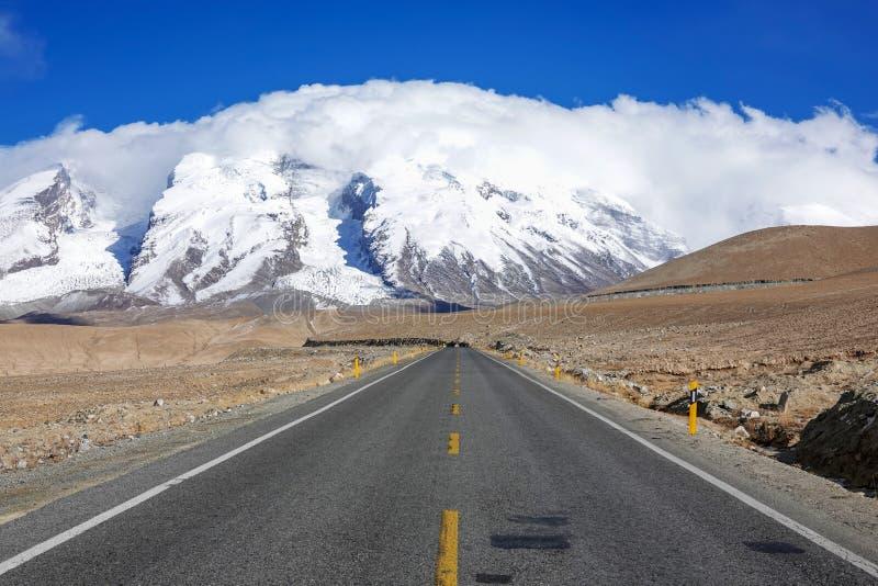 Väg till det Muztagata berget på Pamirs royaltyfri bild