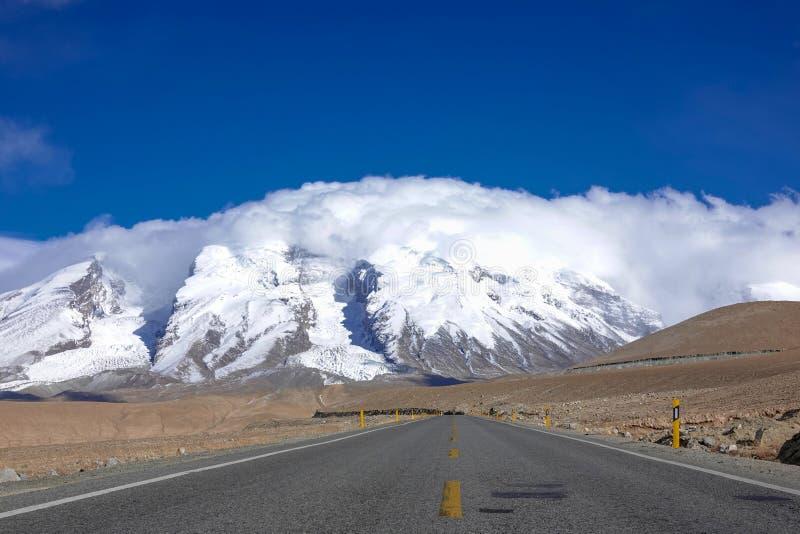 Väg till det Muztagata berget på Pamirs fotografering för bildbyråer