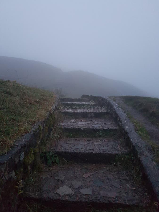 Väg till himlen i dimman på morgonen arkivfoton