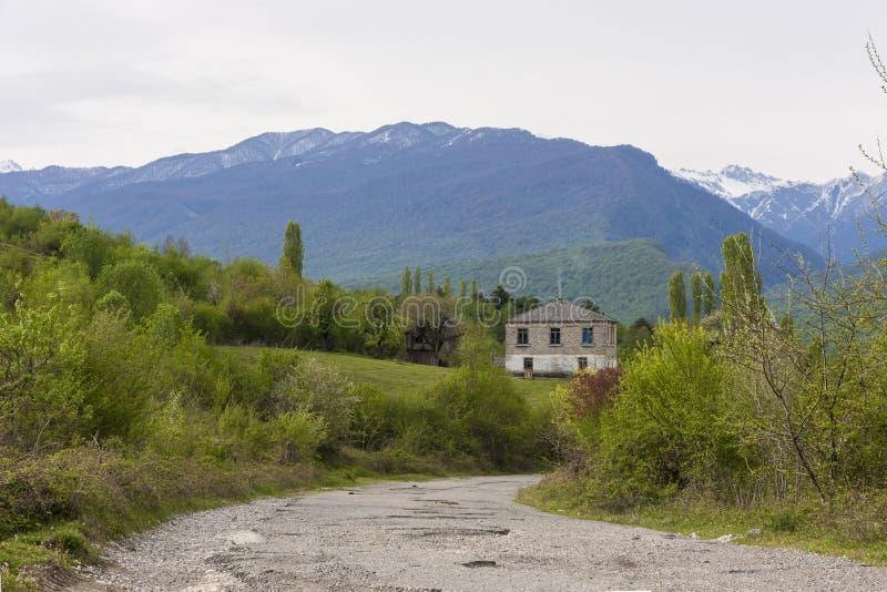 Väg till huset i bergen arkivfoto