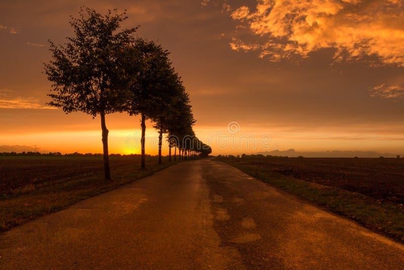 Väg till ingenstans efter solnedgång med dramatiska moln arkivbild