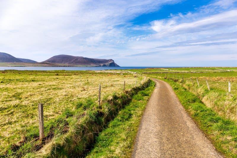 Väg till kusten nära Stromness arkivfoto