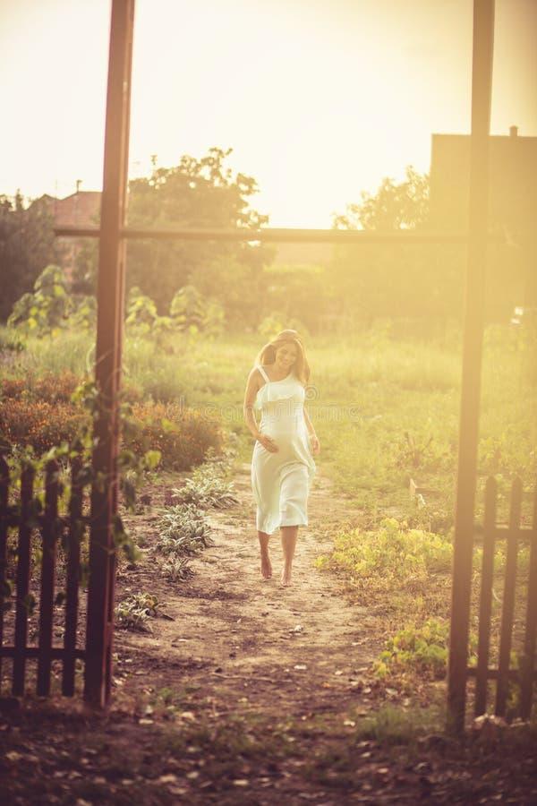 Väg till lycka och framtiden fotografering för bildbyråer