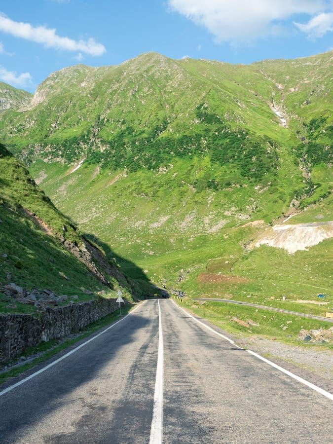 Väg till och med Carpathian berg, Rumänien arkivfoto