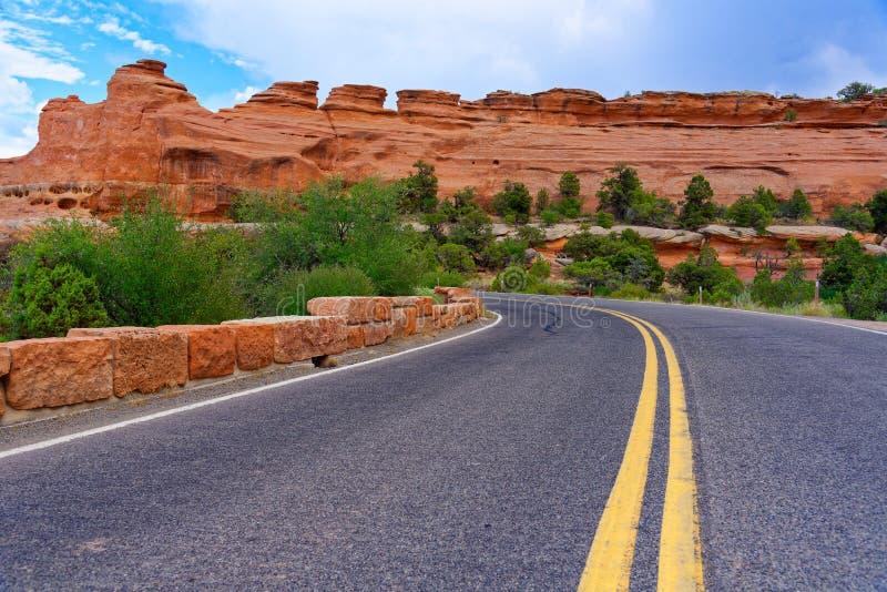 Väg till och med Colorado den nationella monumentet royaltyfria foton