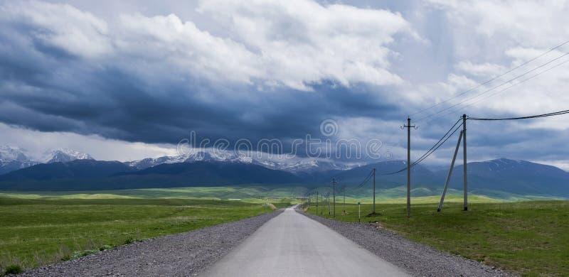 Väg till och med dalen till bergen arkivfoto