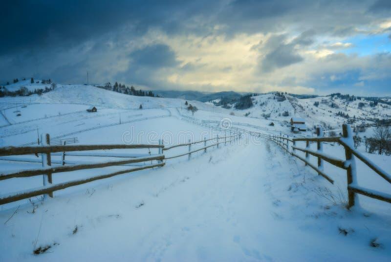 Väg till och med den Carpathian vinterdalen arkivfoto