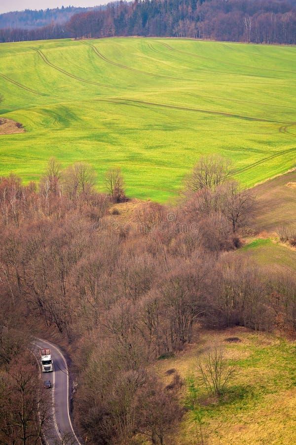 Väg till och med det lantliga landskapet av lägre Silesia royaltyfria bilder
