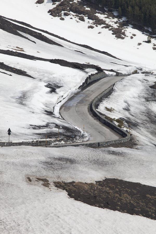 Väg till och med det vulkaniska snöig berget arkivfoton